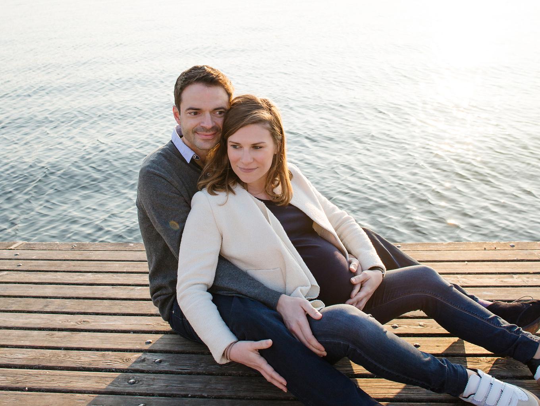 pregnancy-photographer-zurich-portfolio-zurisee-sunset-photoshoot-maternity-amelie-clements