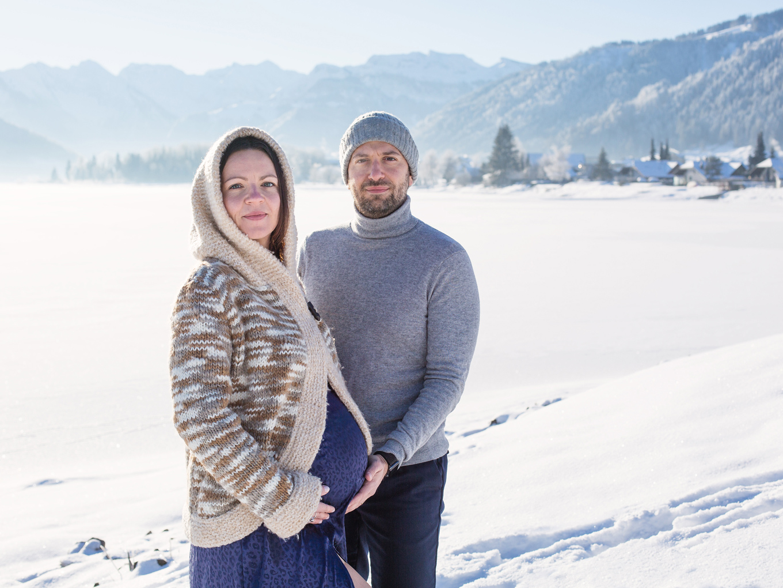 pregnancy-snow-photoshoot-einsiedeln-lake-moutains-zurich-photographer-amelie-clements
